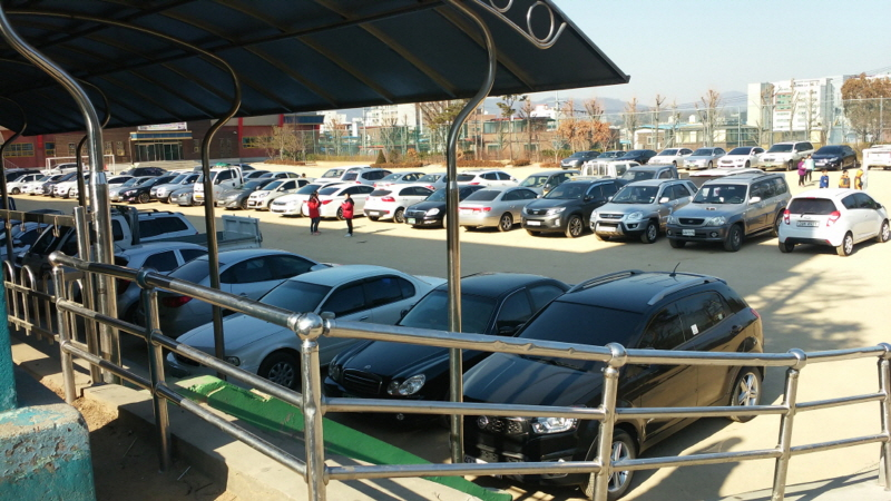 대중교통과-설 연휴 때 주차장으로 무료 개방한 수정지역 학교 운동장