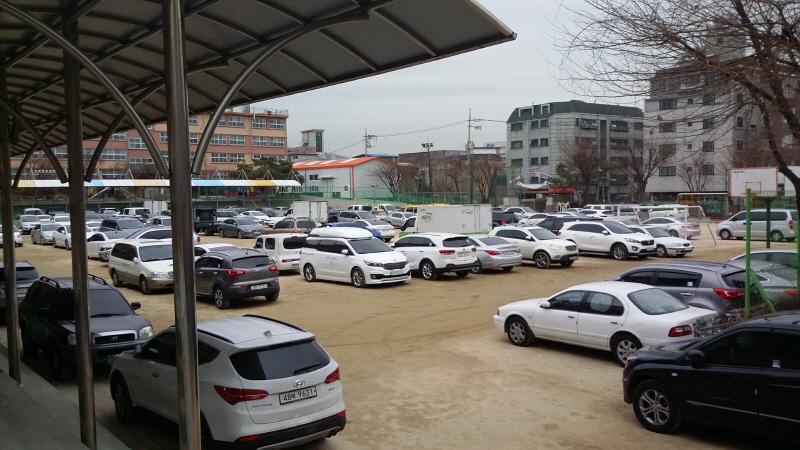 대중교통과-설 연휴 때 주차장으로 무료 개방한 수정지역 학교 운동장(자료사진)