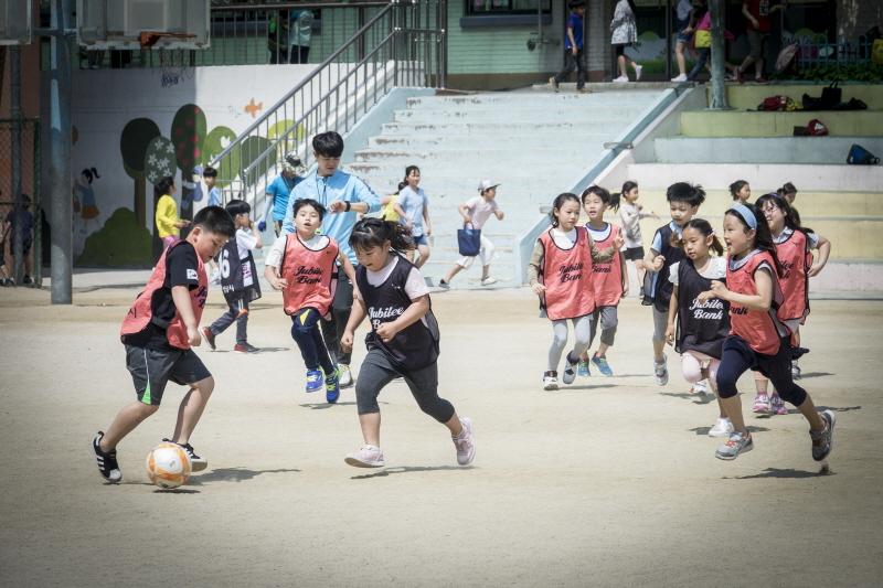 교육청소년과-성남형교육지원사업 중 하나로 지난해 5월 성남초교에서 진헹한 '슛돌이 찾아가는 축구교실'