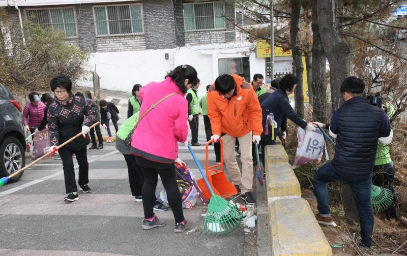 성남지역 주민들이 새봄맞이 청소중이다
