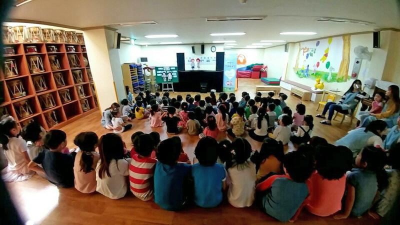 """수정구보건소-지난해 9월 신흥제2어린이집 원아들이 """"내 몸의 소중한 부분' 인형극 시청 중이다"""