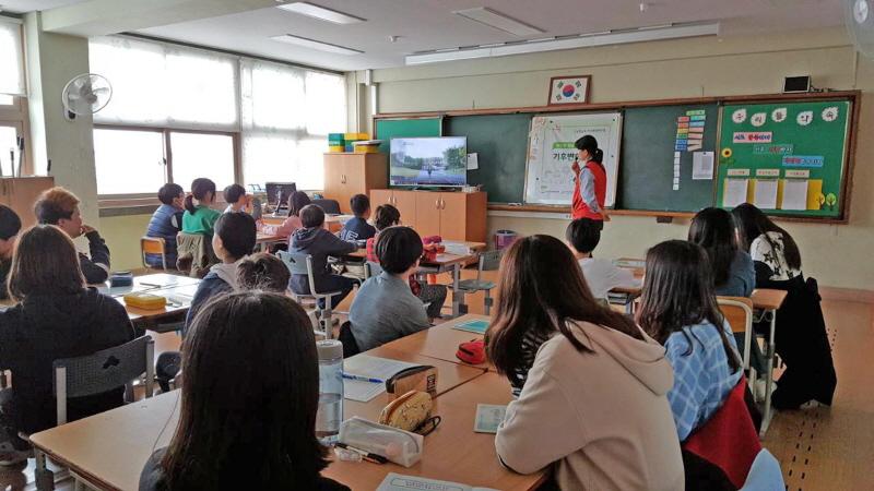 환경정책과-수진초 6학년생들이 기후 변화에 관한 설명을 듣고 있다(4월 2일)