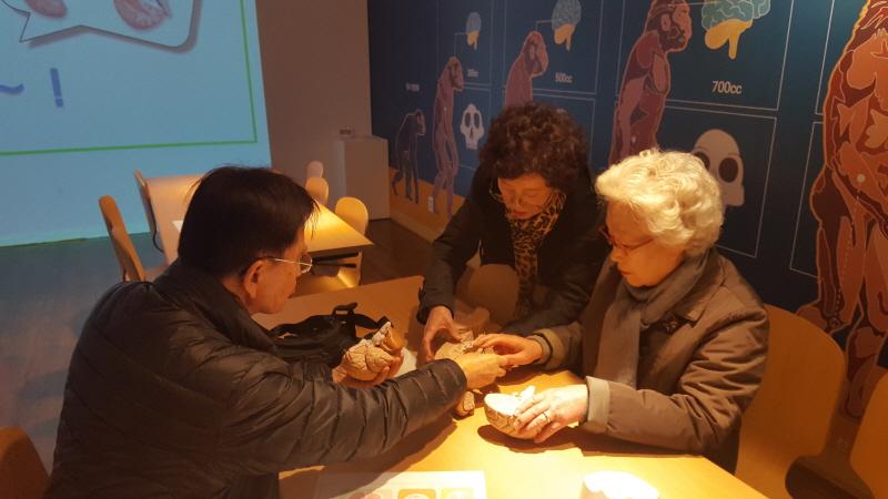 중원구보건소-뇌 건강 체험 박물관 찾은 어르신들