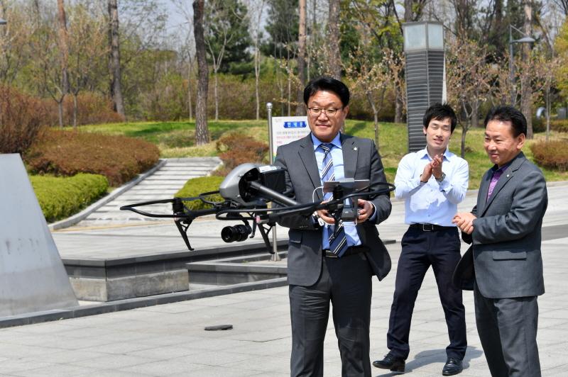 이재철 성남시장권한대행이 무인멀티콥터 인스파이어2를 상공에 띄우고있다