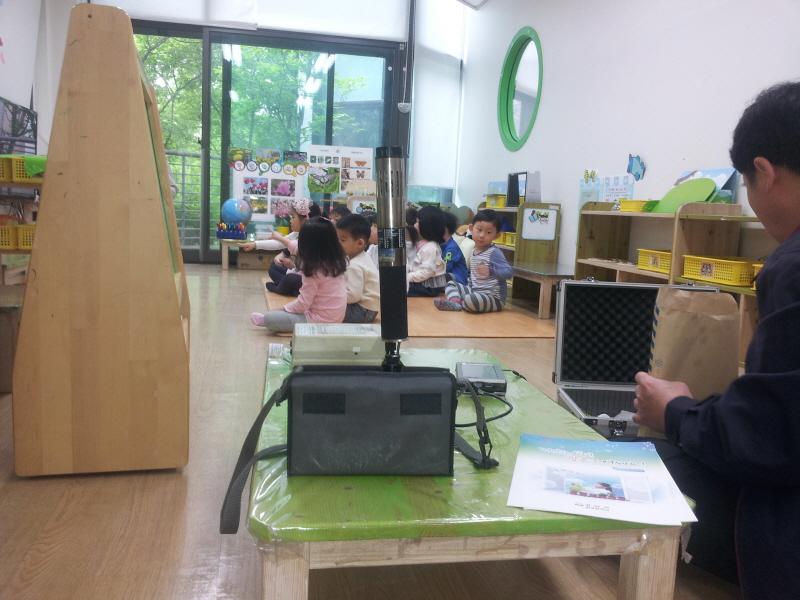 환경정책과-성남지역 한 어린이집에서 실내공기질을 측정 중이다