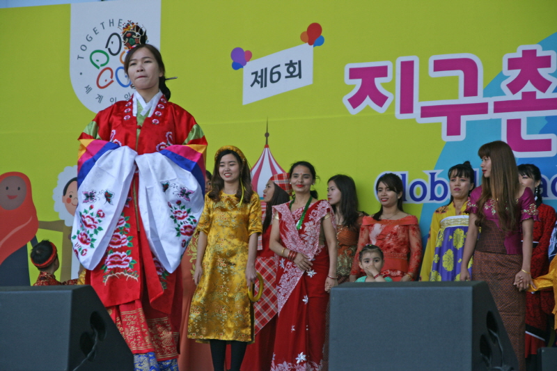 가족여성과-지난해 성남시청 광장서 열린 지구촌 어울림 축제 때 9개국 전통의상 패션쇼