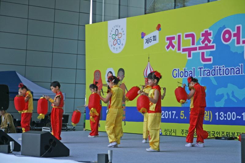 가족여성과-지난해 성남시청 광장서 열린 지구촌 어울림 축제 때 중국 전통 등춤 추는 어린이들 특설무대