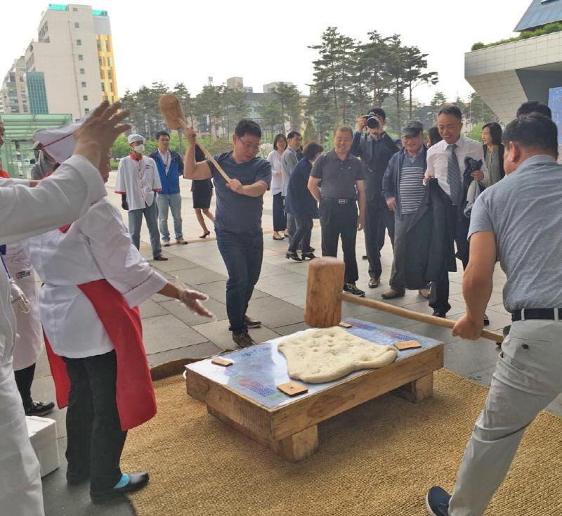 식품안전과-성남시청서 열린 식품안전의 날 행사 때 떡메치기