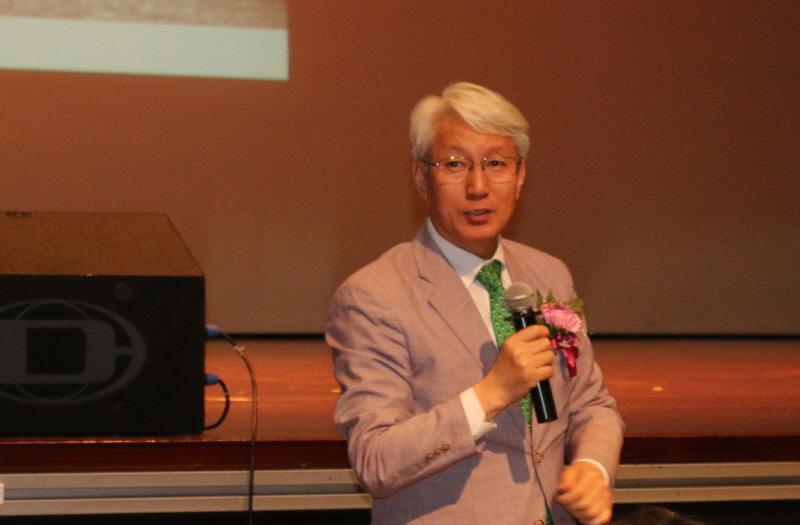 성남시의회 김유석 의장이 축사를 하고 있다.