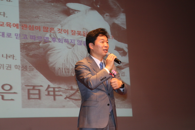 분당갑 김병관 국회의원이 축사를 하고 있다.