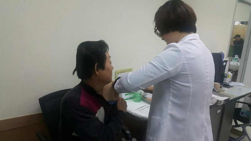 수정구보건소-65세 어르신이 수정구보건소에서 폐렴구균 예방 주사를 맞고 있다