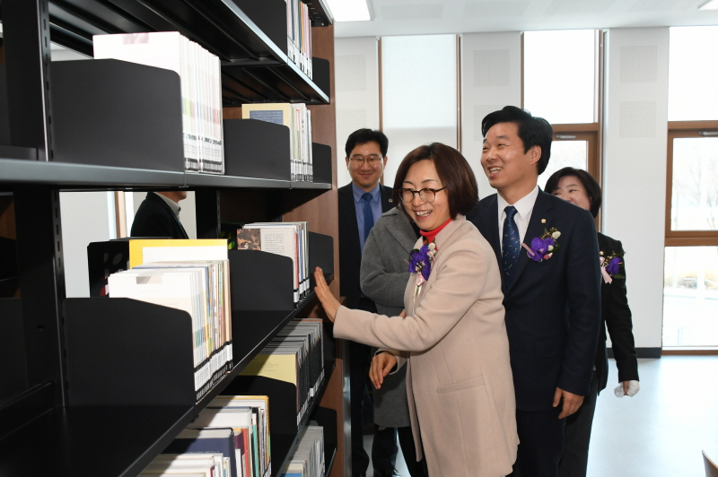은수미 성남시장이 1월 30일 개관한 성남시 서현도서관 시설을 둘러보고 있다