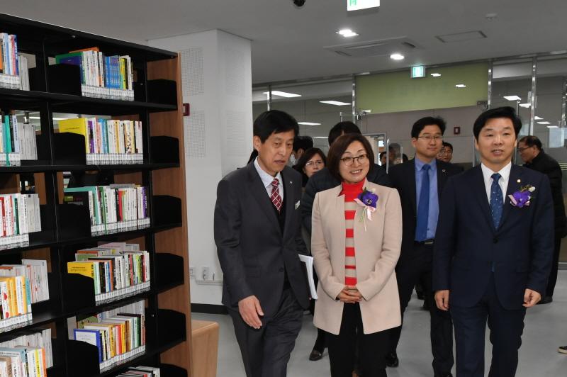 은수미 성남시장(가운데)이 1월 30일 개관한 성남시 서현도서관 시설을 둘러보고 있다