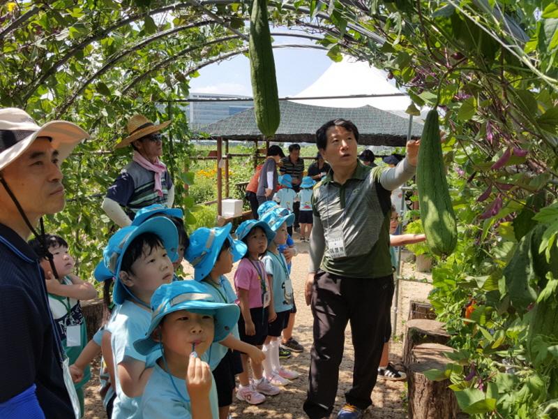 농업기술센터-제1기 도시농업 전문가 양성 과정 교육생이 지난해 7월 성남시민농원에서 어린이 농사 체험 프로그램 운영 실습 중