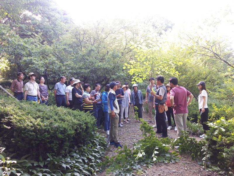 녹지과-성남 가드너 교육생들이 지난해 5월 신구대학교 식물원에서 정지 전정 실습 수업 중이다