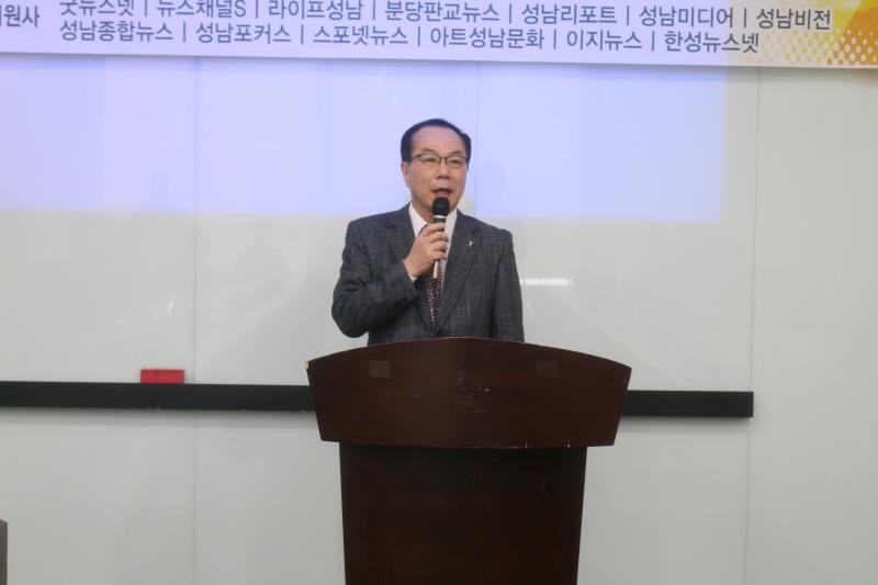 제2대 성남시인터넷기자협회 조규상(굿뉴스넷) 회장이 이임사를 하고 있다.