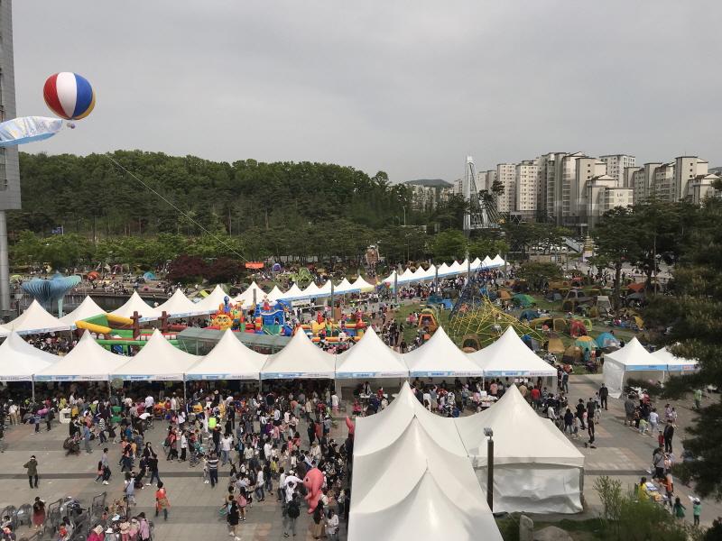 아동보육과-지난해 어린이날 놀이터로 개방한 성남시청 광장 전경