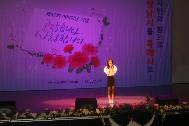초청 가수 주미가 '그대를 사랑해요' '트로트 메들리'를 불러 가요무대를 연출하였다