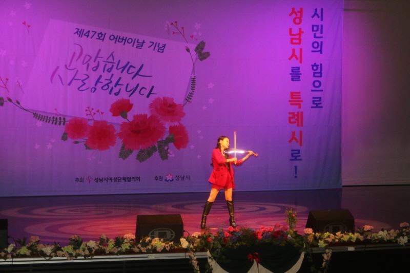 전자바이올리니스트 제니유가 '왕벌의 비행' 등을 연주하고 있다.