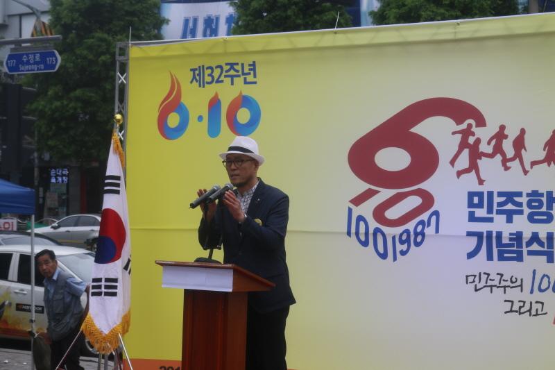 행사 주최 이상락 이사장이 기념사를 하고 있다.