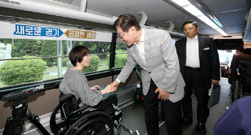 누림버스에서 인사하는 이재명지사