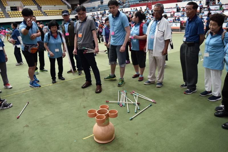 장애인복지과-지난해 6월 성남종합운동장에서 열린 성남시 장애인 한마음 축제 때 투호 경기