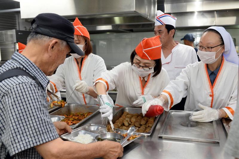 복지지원과-은수미 성남시장 안나의 집 노숙인 무료 급식소 찾아 배식 봉사