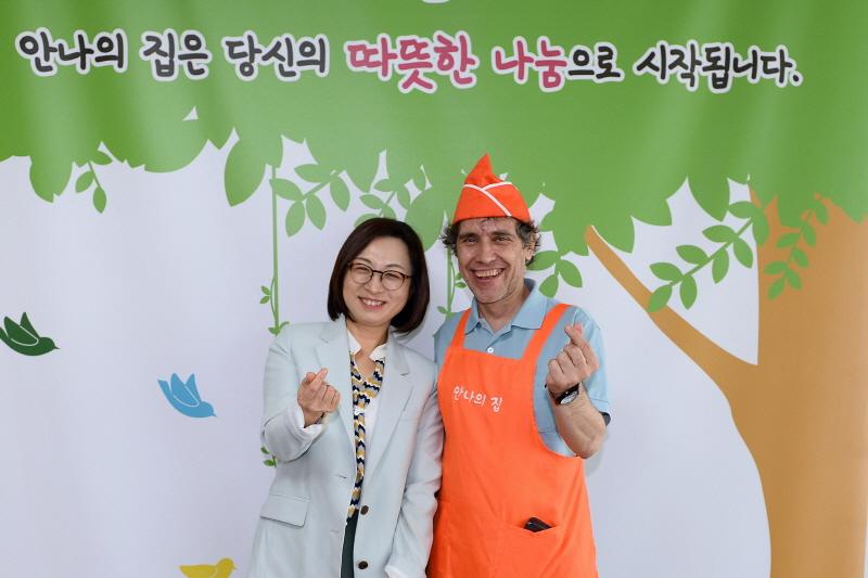 복지지원과-배식 봉사 후 은수미 성남시장(왼쪽)과 안나의 집 김하종 신부 기념사진