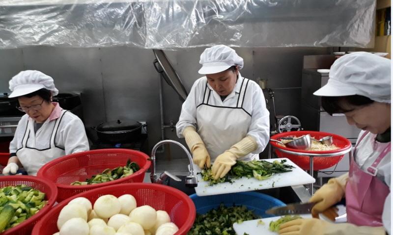 고용노동과-성남시 공공근로 중 경로식당 급식지원사업 분야 참여자들
