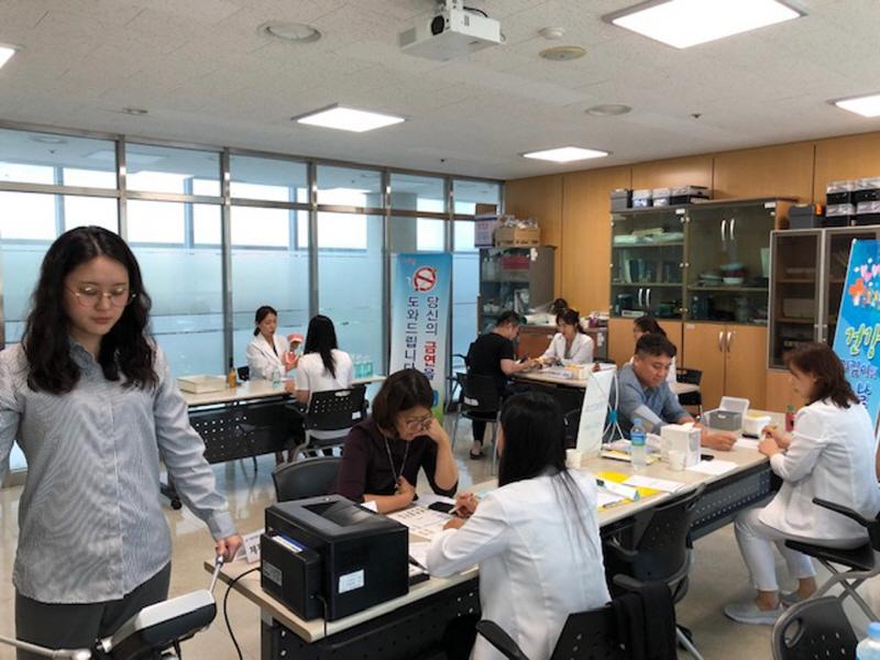 중원구보건소-중원청소년수련관에서 찾아가는 작은 보건소 운영 때 지역 주민 혈압 혈당 총콜레스테롤 측정 중