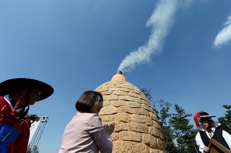 은수미 성남시장이 천림산 봉수지 연조에 불을 피우는 '거화'를 재현했다