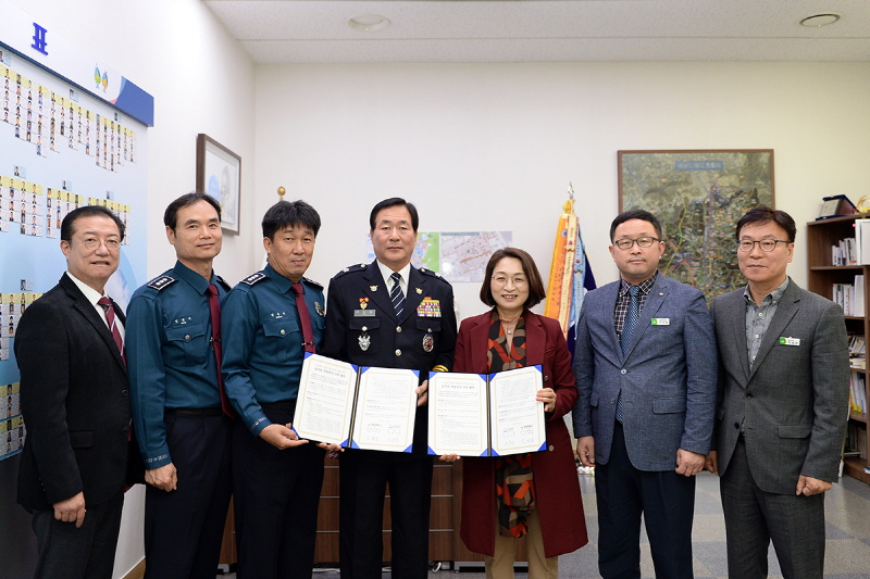 성남시는 11월 6일 시청 시장 집무실에서 은수미 성남시장(오른쪽서 세번째)과 유현철 분당경찰서장 등이 참석한 가운데 '금곡동 복합청사 신축에 관한 협약'을 했다