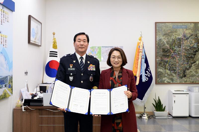 은수미 성남시장(오른)과 유현철 분당경찰서장이 '금곡동 복합청사 신축에 관한 협약' 뒤 기념사진을 찍고 있다
