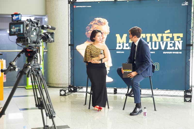 '마티네콘서트' 진행자인 배우 김석훈(우)이 협연자로 참여한 바이올리니스트 이소란(좌)과 인터뷰를 진행하는 모습